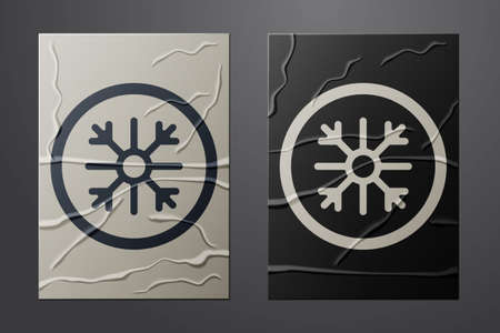White Snowflake icon isolated on crumpled paper background. Paper art style. Vector 向量圖像