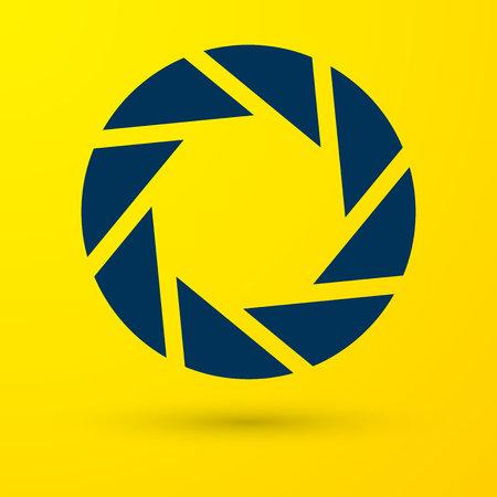 Blaue Kamera-Auslöser-Symbol auf gelbem Hintergrund isoliert. Vektorillustration