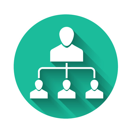 """Weißes Empfehlungsmarketing-Symbol mit langem Schatten isoliert. Network Marketing, Geschäftspartnerschaft, Empfehlungsprogrammstrategie. Schaltfläche """"Grüner Kreis"""". Vektorillustration"""