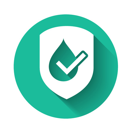 White Waterproof icon isolated with long shadow. Water resistant or liquid protection concept. Green circle button. Vector Illustration Ilustração