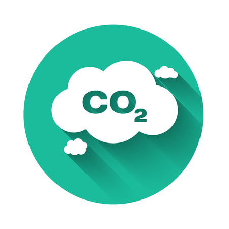 White CO2 emissions in cloud icon isolated with long shadow. Carbon dioxide formula symbol, smog pollution concept, environment concept. Green circle button. Vector Illustration Ilustração