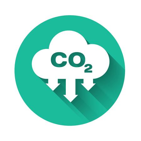 """Weiße CO2-Emissionen im Cloud-Symbol mit langem Schatten isoliert. Kohlendioxidformelsymbol, Smogverschmutzungskonzept, Umweltkonzept. Schaltfläche """"Grüner Kreis"""". Vektorillustration"""