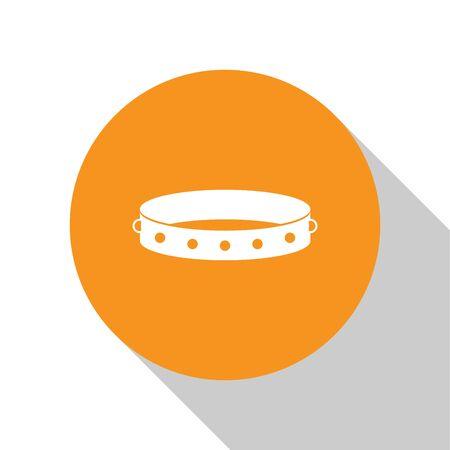 Collare in pelle bianca con punte metalliche sull'icona di superficie isolata su priorità bassa bianca. Accessorio fetish. Giocattolo del sesso per uomini e donne. Pulsante cerchio arancione. illustrazione vettoriale