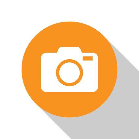 Icona della macchina fotografica bianca foto isolato su priorità bassa bianca. Icona della fotocamera foto. Pulsante cerchio arancione. Design piatto. illustrazione vettoriale