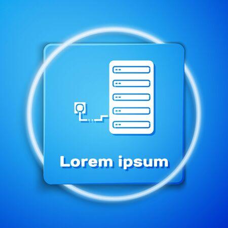 Icono de servidor blanco aislado sobre fondo azul. Aplicación de ajuste, concepto de servicio, opciones de configuración, mantenimiento, reparación, reparación. Botón cuadrado azul. Ilustración vectorial
