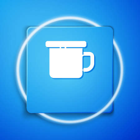White Camping metal mug icon isolated on blue background. Blue square button. Vector Illustration Ilustração