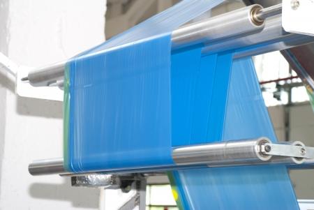 kunststoff rohr: Produktion von blauen Hausmüll Plastiktüten