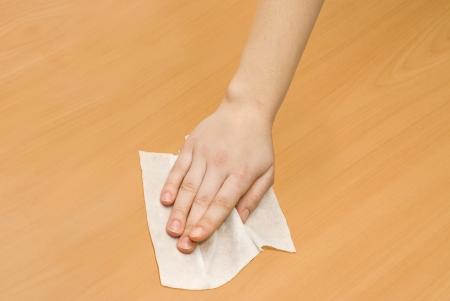 húmedo: mano con el blanco pa?o h?medo limpieza Kithchen