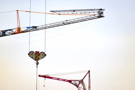 crane parts: Color de las piezas de la construcci�n de la gr�a sobre el cielo Foto de archivo