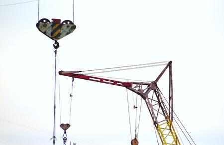 crane parts: Color de las piezas de la construcci�n de la gr�a sobre el cielo azul Foto de archivo