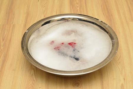 lavamanos: lavabo con espuma blanca en suelo de madera