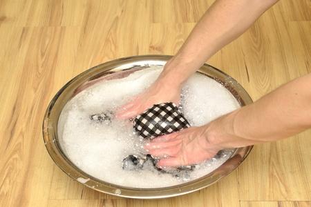 handwash: lavabo con una camisa a cuadros