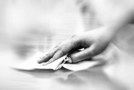 mano con toallitas húmedas de limpieza de mesa Foto de archivo