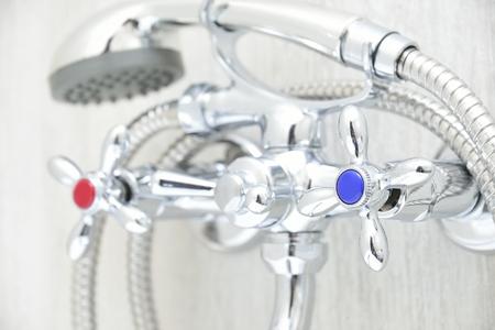 agua grifo: grifo cromado en el baño con grifos y ducha separadas