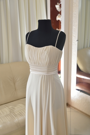 strapless dress: ivory beige wedding dress with folds on mannequin Stock Photo