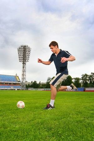junge Mann Fu�ball-Stadion auf