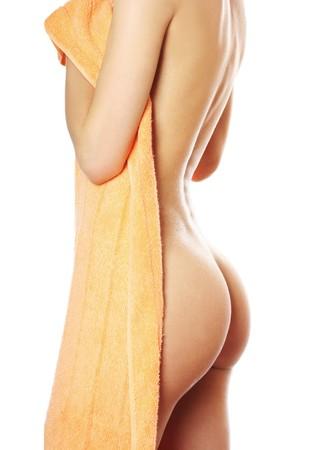 schlanke junge Frau nach dem Bad mit Handtuch