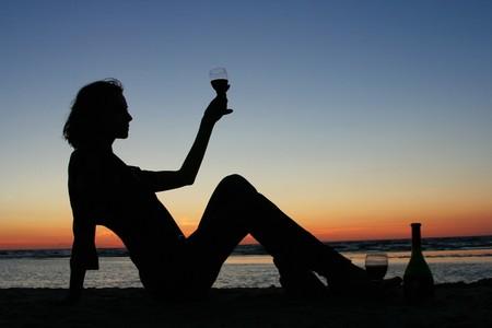 M�dchen trinken Wein am Strand