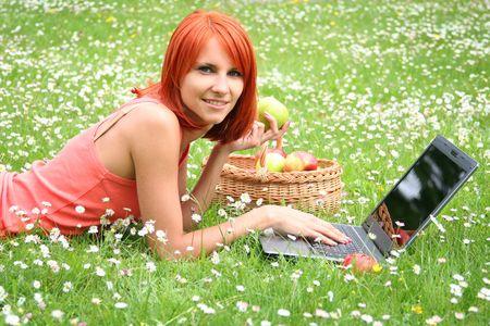 niedlichen kleinen M�dchen mit Laptop im Freien
