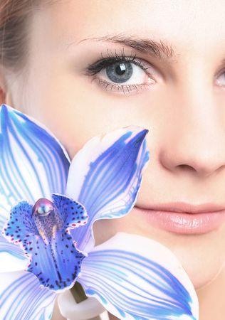 junge M�dchen mit blauen Orchidee