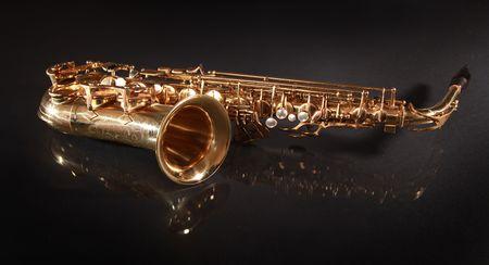 saxof�n brillante de oro sobre fondo negro Foto de archivo - 5852330