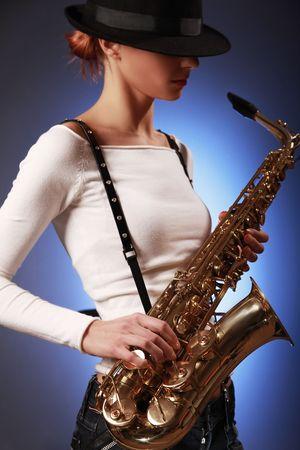 sexy junge Frau mit Saxophon (Sax im Fokus)  Lizenzfreie Bilder