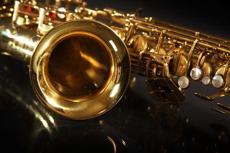 Golden gl�nzend Saxophon auf schwarzem Hintergrund