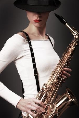 sexy junge Frau mit Saxophon