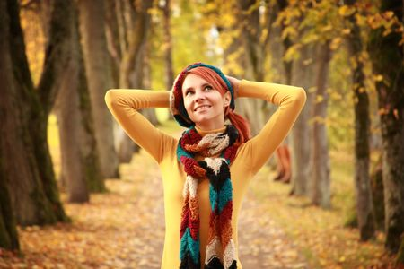 M�dchen Walking Park im Herbst