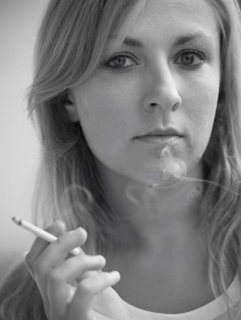 fille fumeuse: Portrait de jeune fille de fumer des cigarettes � port�e de main