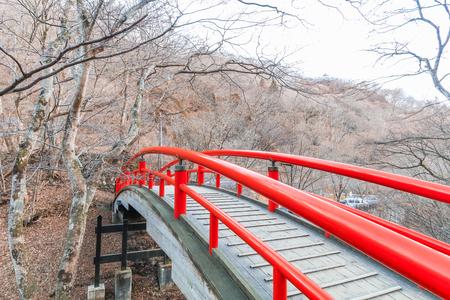 秋の伊香保温泉で赤い橋は、有名な場所を日本、群馬県の榛名山の東斜面に位置する温泉街です。