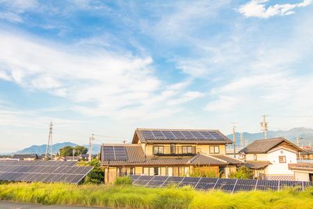 Zonne machtspanelen voor innovatie groene energie voor het leven met blauwe hemelachtergrond.