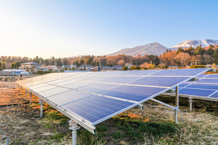 Paneles de energía solar, módulos fotovoltaicos para la innovación energía verde para la vida con fondo de cielo azul. Foto de archivo