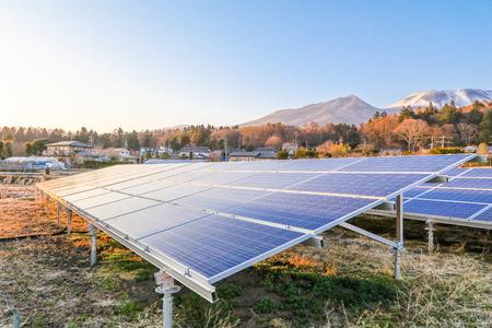 Zonne-energie panelen, fotovoltaïsche modules voor innovatie groene energie voor het leven met blauwe hemelachtergrond. Stockfoto