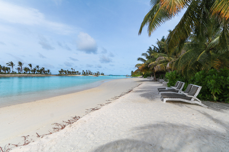 Amazing island in the Maldives ,Beautiful turquoise waters and white sandy beach with  blue sky  background for holiday vacation . Banco de Imagens