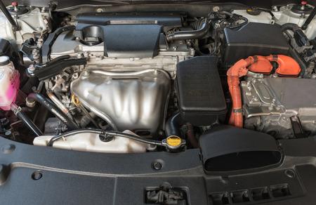 motor de un coche híbrido con motor eléctrico