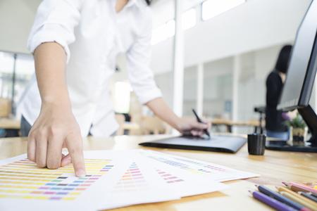 オフィスで、ソフト フォーカス、ヴィンテージトーンとグラフィック タブレットとコンピューターを使用してグラフィック デザイナー
