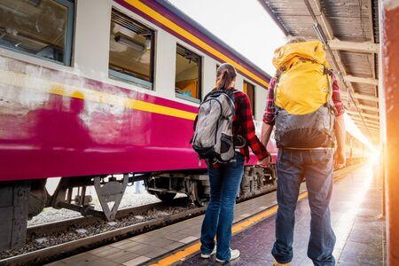 Felice coppia giovane viaggiatori insieme in vacanza alla stazione ferroviaria, concetto di viaggio, concetto di coppia Archivio Fotografico