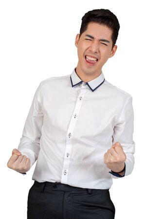 Felice giovane uomo d'affari in piedi con il braccio in tuta su sfondo bianco, concetto isolato