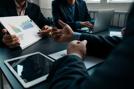 Geschäftsleute, die Investitionsdiagramme analysieren, Brainstorming durchführen und Pläne im Konferenzraum diskutieren, Investitionskonzept