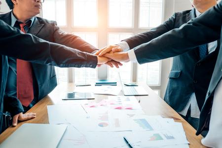 Grupo de trabajo en equipo de empresarios juntando sus manos plan de acuerdo en la sala de reuniones, concepto de inversión, concepto de éxito