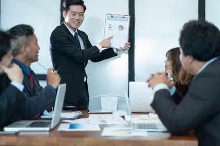 uomini d'affari incontro di brainstorming e discutere insieme del progetto in ufficio, concetto di lavoro di squadra
