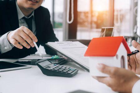 Makelaars dienen documenten in voor klanten om te tekenen voor een verkoopcontract, vastgoedconcept.
