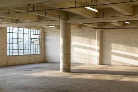 habitacion desordenada: Moderno Loft Interior del almac�n Foto de archivo