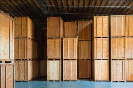 Grote houten krat klaar voor de levering en de scheepvaart in het magazijn