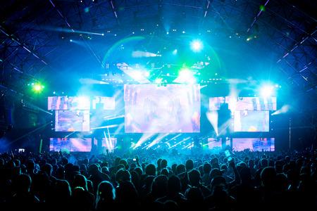 Live concert muziek festival en feest mensen genieten van de live-prestaties van de verschillende kunstenaar met de schitterende, sprankelende en kleurrijke digitale discolichten Stockfoto