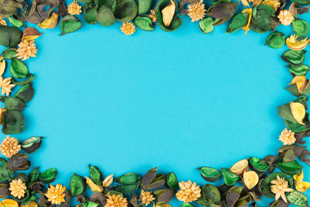 dried flower arrangement: Dried flowers and leaves frame on blue background. Top view, flat lay. Stock Photo