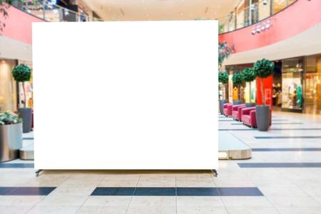 モックアップを作成します。ブランクの看板広告は、近代的なショッピング モールに立っています。