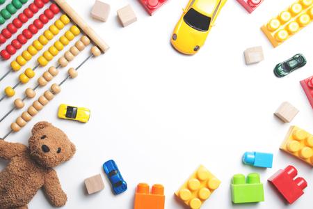 Marco de juguetes de niños sobre fondo blanco. Vista superior. Aplanado Foto de archivo - 82307593