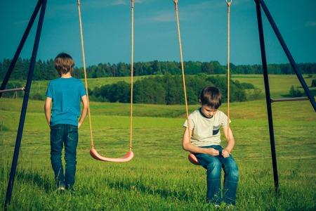 Kindervriendelijke problemen. Kind valt uit met een vriend.